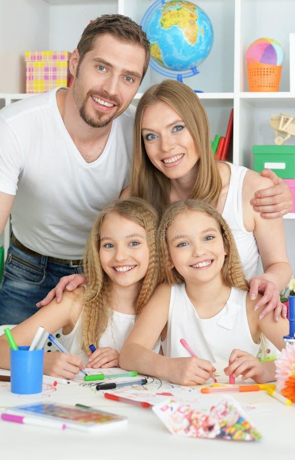 Famille heureuse peignant ensemble image stock