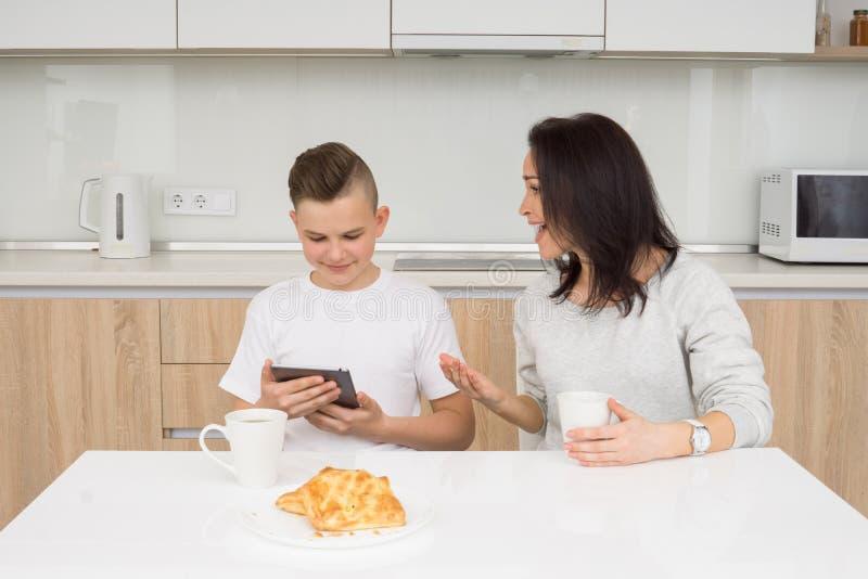 Famille heureuse pendant le matin image libre de droits