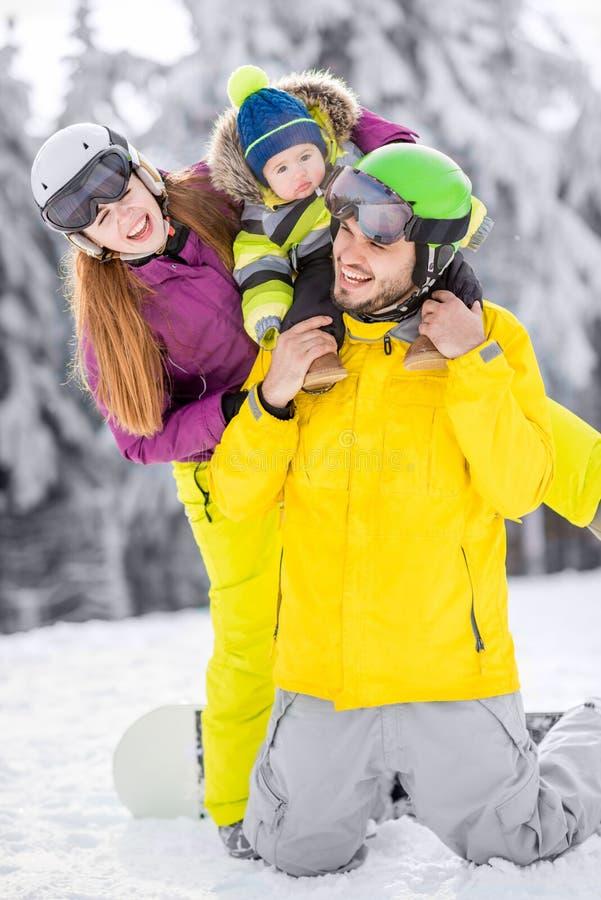 Famille heureuse pendant les vacances d'hiver image libre de droits