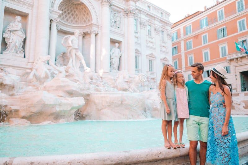 Famille heureuse près de Fontana di Trevi avec la carte de ville photographie stock libre de droits