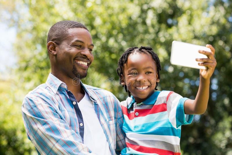 Famille heureuse prenant la photo images libres de droits