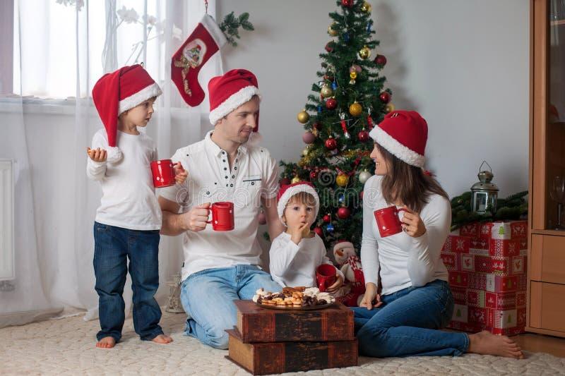 Famille heureuse prenant le petit déjeuner sur Noël photo stock