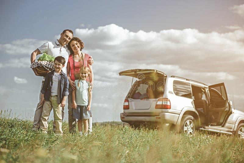Famille heureuse se reposant dans la nature ensemble photos stock