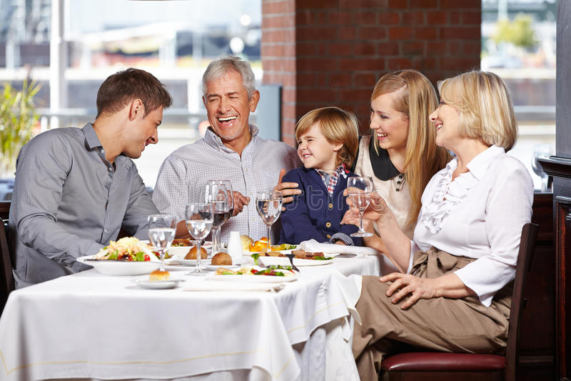 Famille heureuse souriant ensemble photographie stock libre de droits