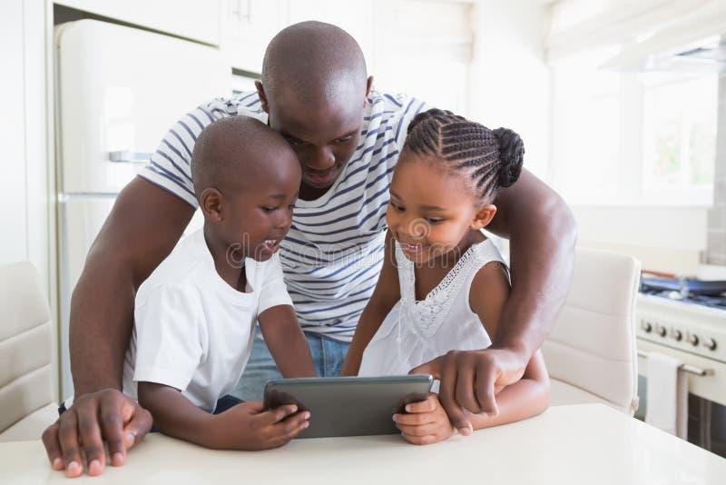 Download Famille Heureuse Sur La Table Avec Le Comprimé Numérique Photo stock - Image du famille, enfants: 56484736