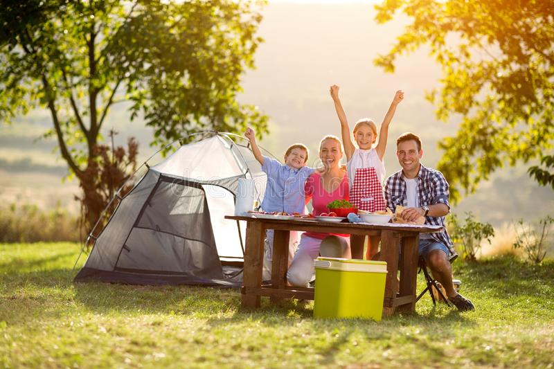 Famille heureuse sur le camping photo libre de droits