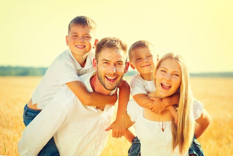 Famille heureuse sur le champ d'été de blé photos libres de droits