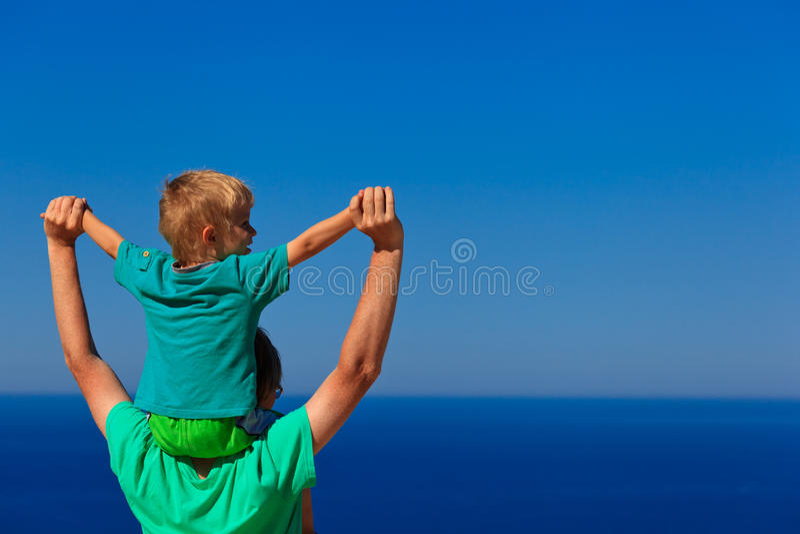Famille heureuse sur le ciel photos stock