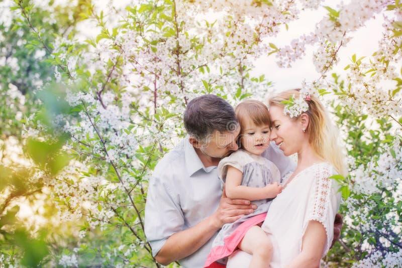Famille heureuse sur le jardin de ressort photo libre de droits