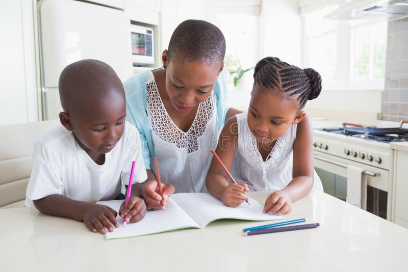 Download Famille Heureuse Travaillant à La Table Photo stock - Image du amour, beau: 56484428