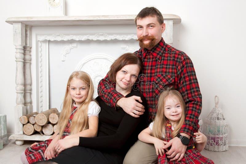 Famille heureuse utilisant un tartan à carreaux image libre de droits