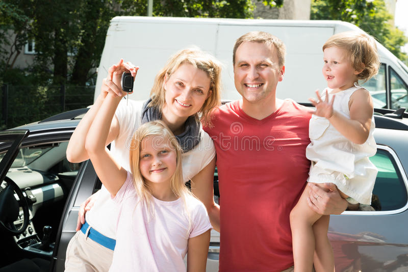 Famille heureuse voyageant en voiture photo stock