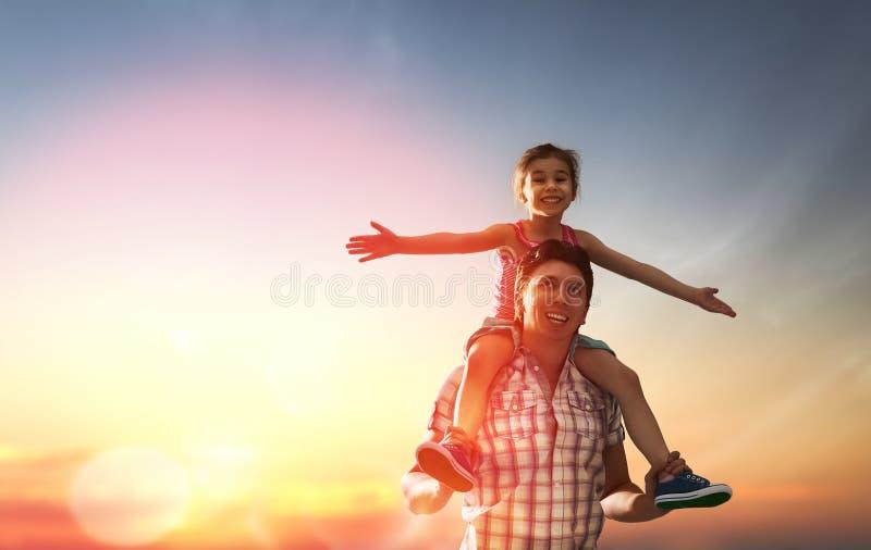 Famille heureux au coucher du soleil photographie stock