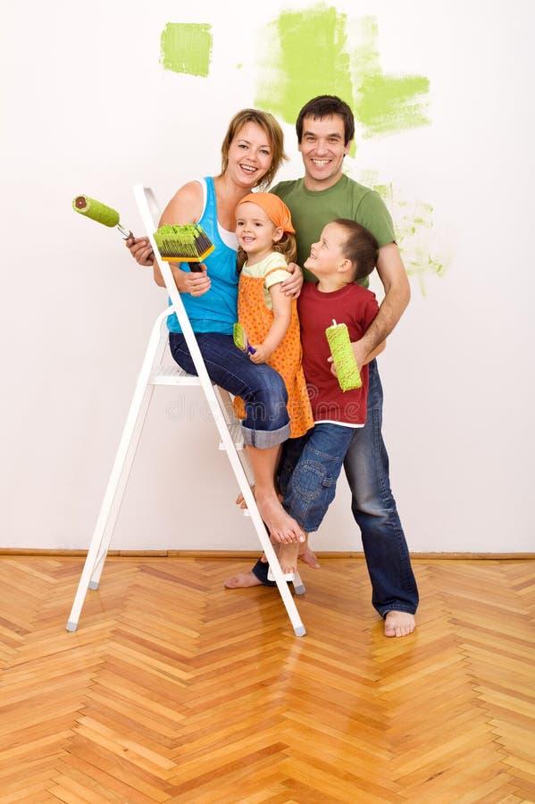 Famille heureux avant de redecorating leur maison photographie stock libre de droits