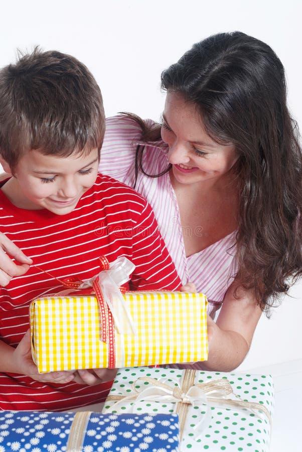 Famille heureux avec cadeaux image libre de droits