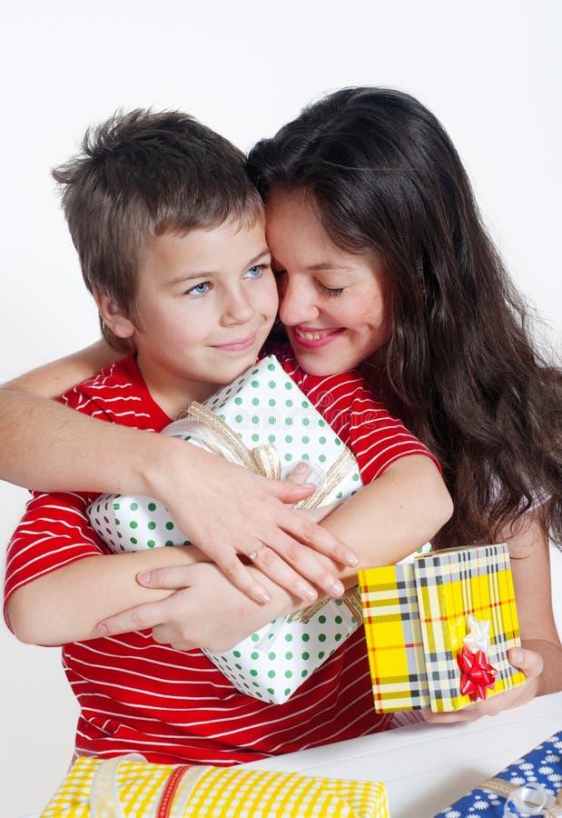 Famille heureux avec cadeaux images stock