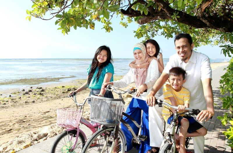 Famille heureux avec des vélos photo stock