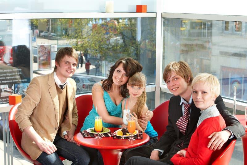 Famille heureux avec l'enfant en café. photo stock