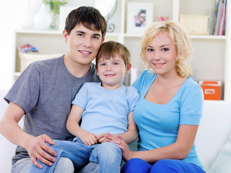 Famille heureux avec le fils à la maison photos libres de droits