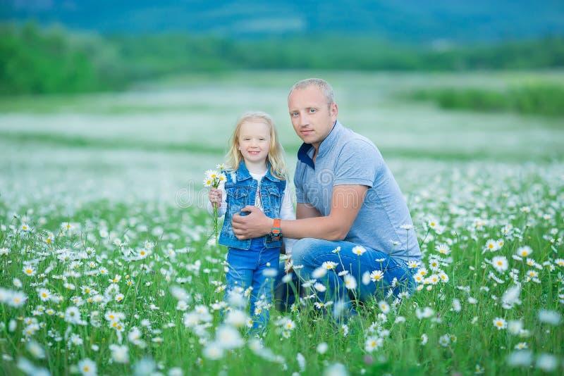 Famille heureux ayant l'amusement à l'extérieur Portrait de la famille heureuse dans les personnes heureuses de campagne utilisan image stock
