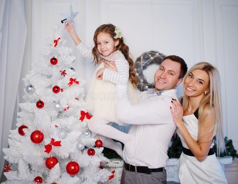 Famille heureux célébrant Noël à la maison photos libres de droits