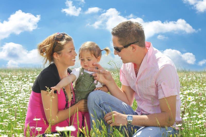 Famille heureux dans le domaine de marguerite photographie stock