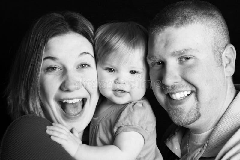 Famille heureux de sourire, noir et blanc photographie stock