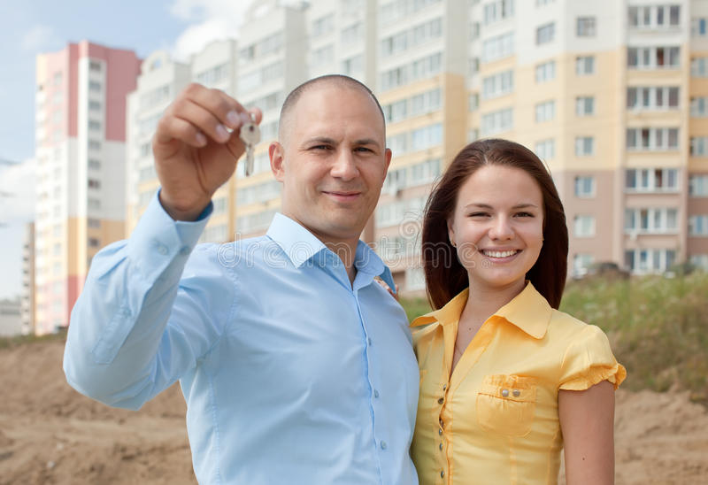 Famille heureux devant la maison neuve photo stock