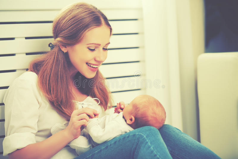 Famille heureux jeux de mère avec le bébé nouveau-né image libre de droits