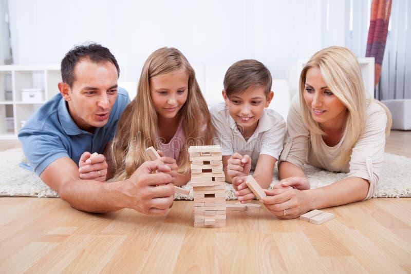Famille heureux jouant avec les blocs en bois photos stock