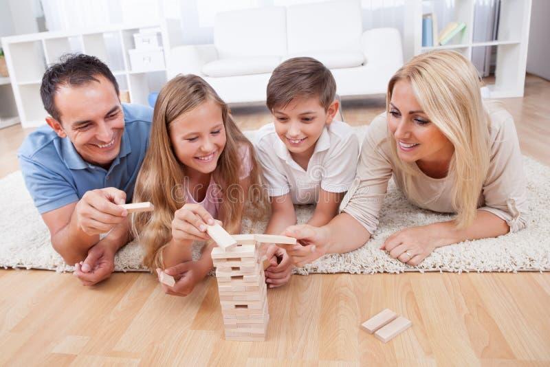 Famille heureux jouant avec les blocs en bois image libre de droits