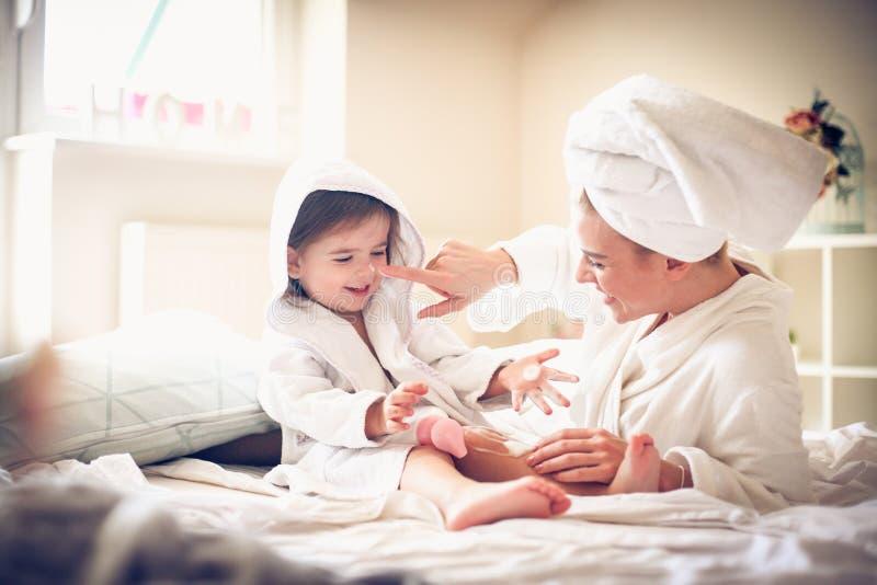Famille heureux Mère et fille photographie stock libre de droits