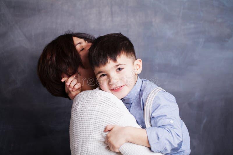 Famille heureux Mère et son fils étreignant, souriant et ayant l'amusement, portrait photos stock