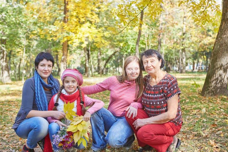 Famille heureux Mère, grand-mère et fille deux aimantes photographie stock