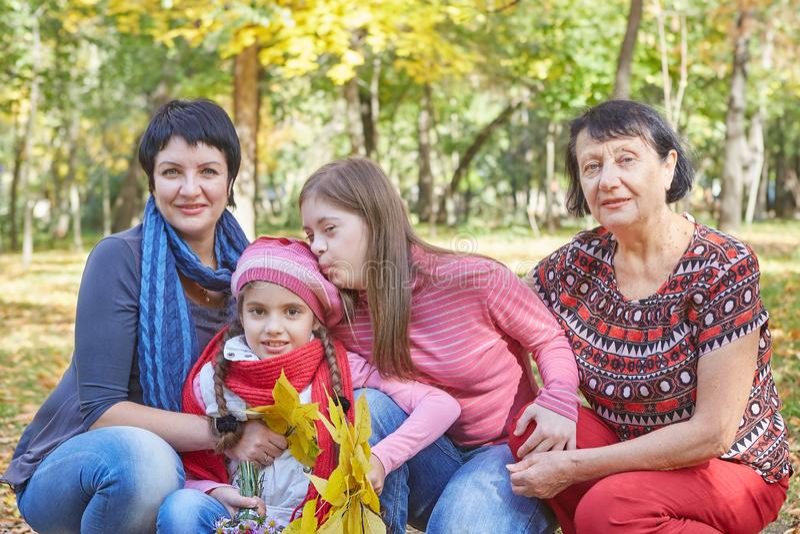 Famille heureux Mère, grand-mère et fille deux aimantes photos libres de droits