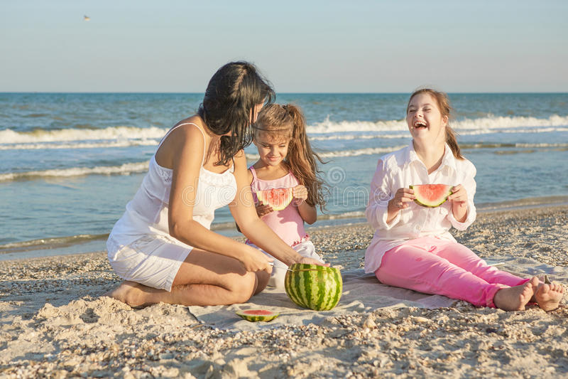 Famille heureux Mère, plus jeune fille et une dix-sept-année-ol images libres de droits