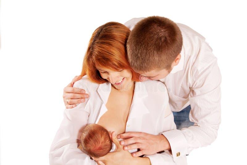 Famille heureux, père, mère et chéri nouveau-née. image libre de droits