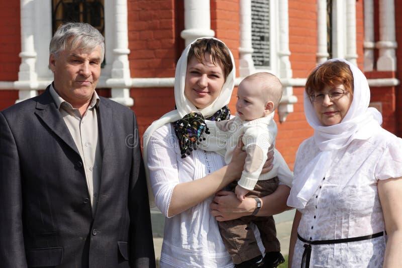 Famille heureux par l'église image stock