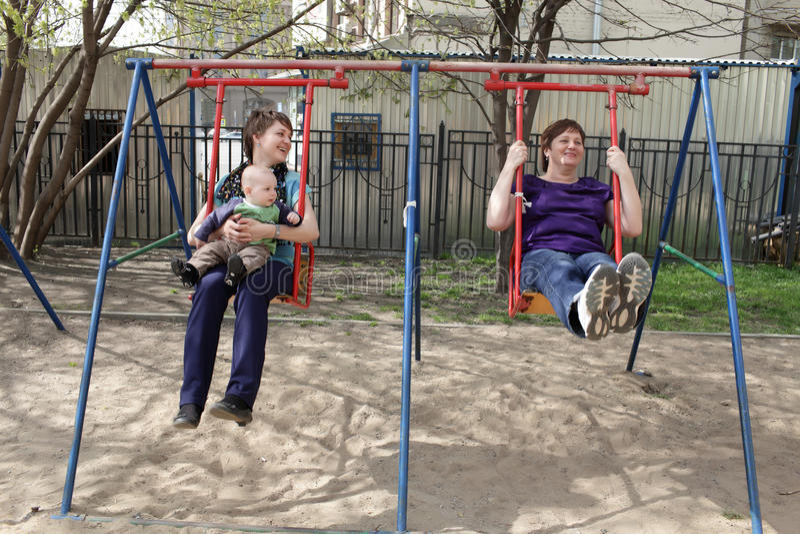 Famille heureux sur l'oscillation image stock