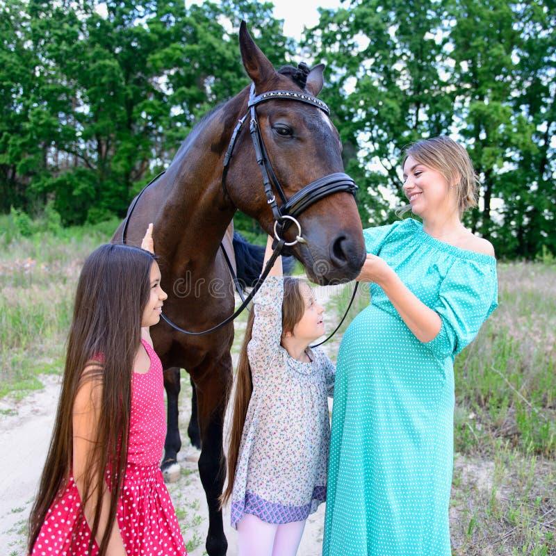 Famille heureux sur la nature photographie stock