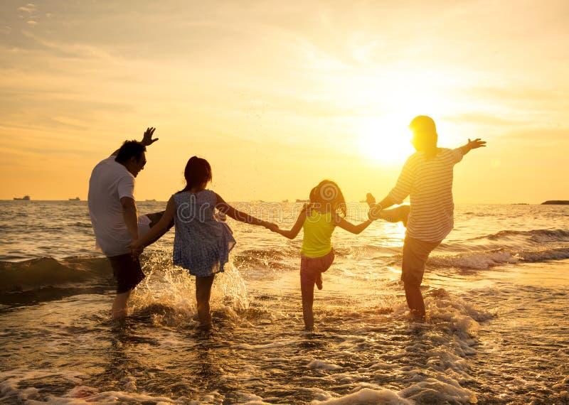 Famille heureux sur la plage images stock