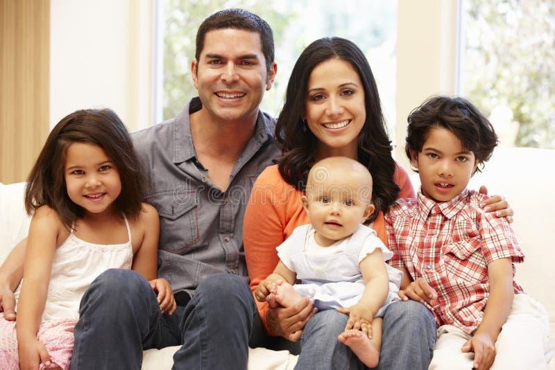 Famille hispanique à la maison photo stock