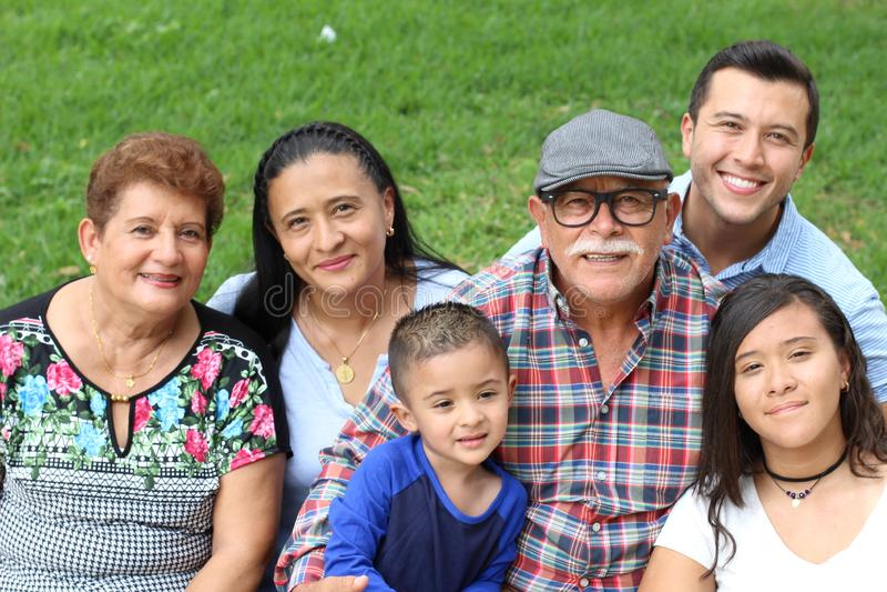 Famille hispanique en parc image stock