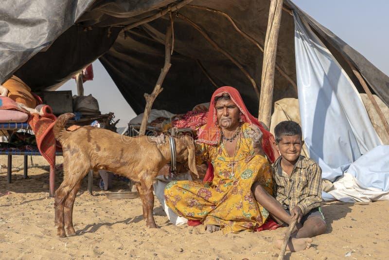Famille indienne ainsi qu'un extérieur de chèvre dans le désert sur le chameau Mela, Ràjasthàn, Inde de Pushkar de temps photos libres de droits