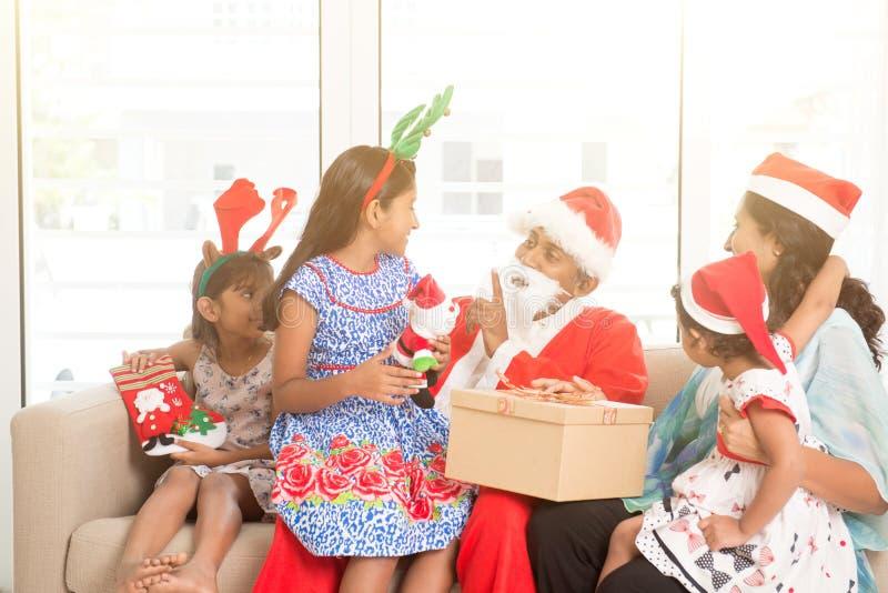 Famille indienne asiatique célébrant des vacances de Noël images libres de droits