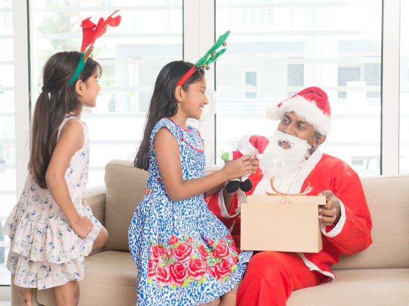 Famille indienne asiatique célébrant le jour de Noël image stock
