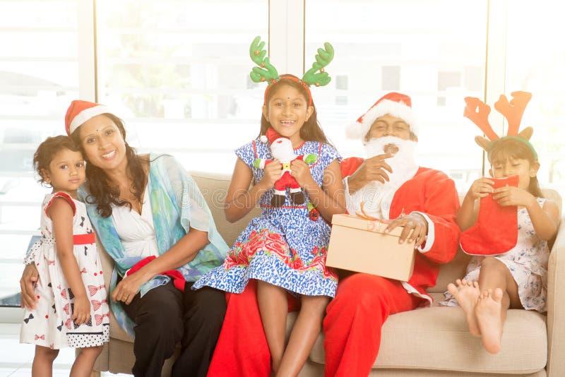 Famille indienne asiatique célébrant Noël photo stock