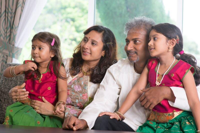 Famille indienne regardant au côté photos stock