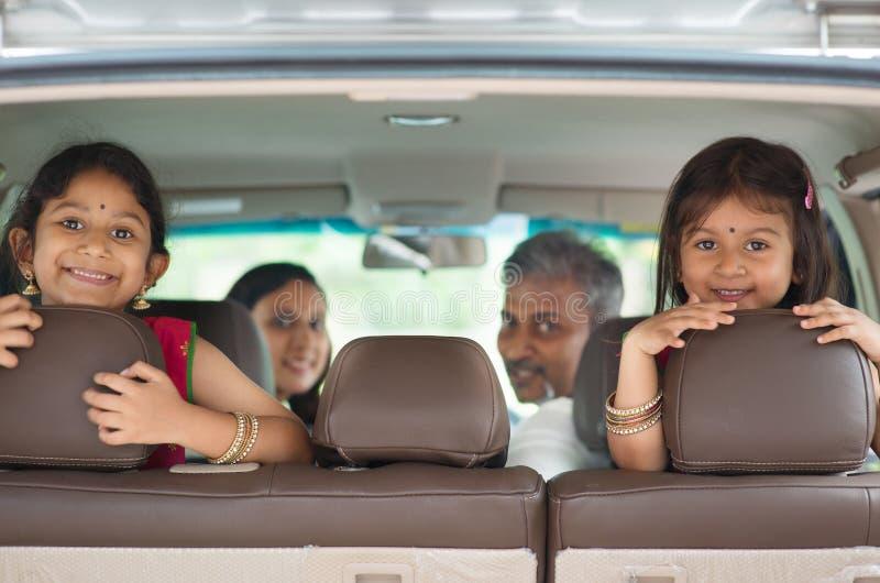 Famille indienne s'asseyant dans la voiture photo libre de droits
