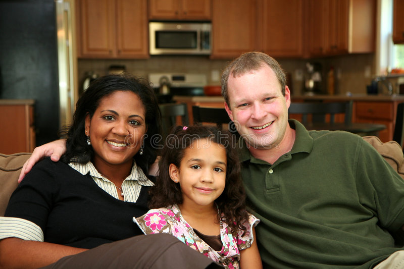 Famille interraciale images stock